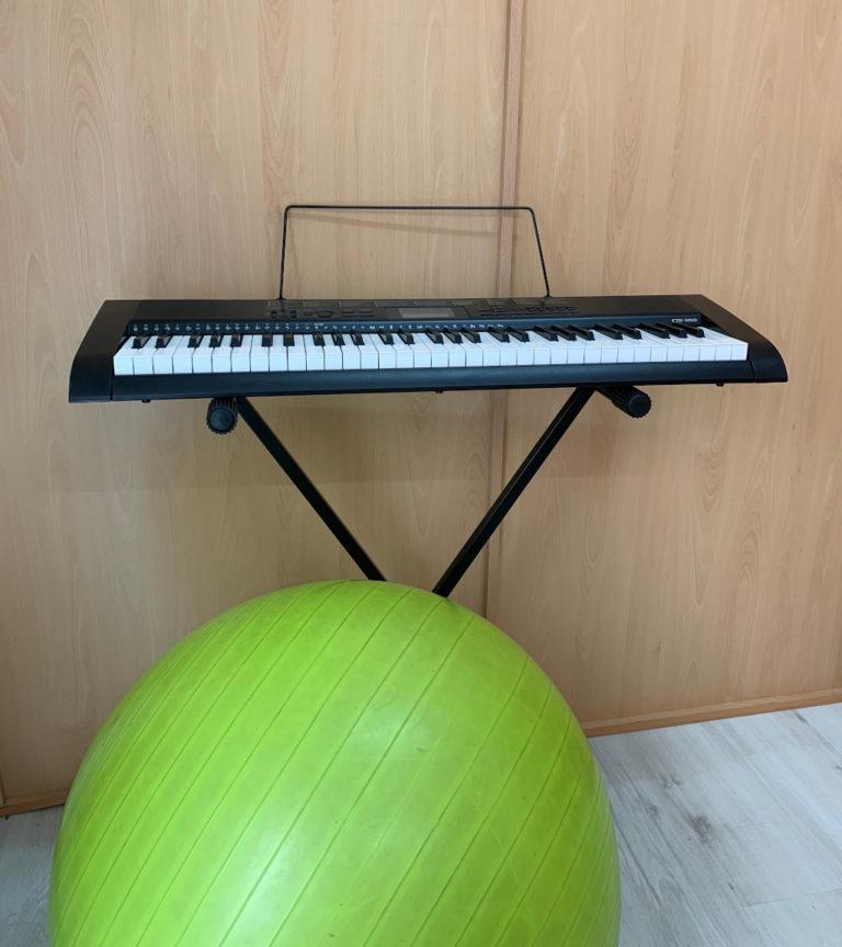 Para trabajar voz contamos con diferentes materiales para nuestras terapias, piano, pelotas, gomas... todo para atender lo mejor posible a nuestros pacientes