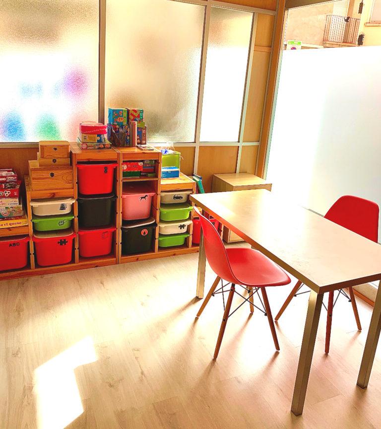 Sala de Logopedia de sillas rosas, habilitada con todo lo necesario para trabajar con nuestros pacientes de todas las edades, contamos con pizarra, alfombras, coches, animales, juegos varios, espejo... Y lo mejor una cristalera enorme por donde entra una luz natural todo el día