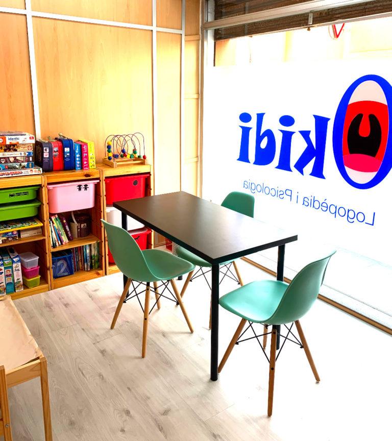 Sala de Logopedia de sillas verdes exactamente igual que la anterior, con los mismos materiales y algunos nuevos, pero además cuenta con el material para trabajar voz y con una mesa de luz hecha por nosotros para ayudar a pacientes con TEA y otras dificultades